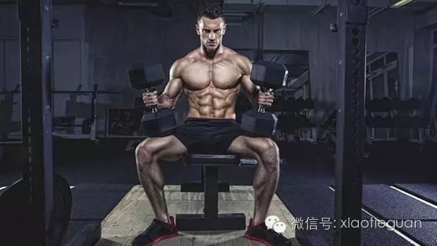 推拉腿 推拉腿是将推有关的肌群(胸肩三头)归到推日,拉有关的肌群(背二头小臂)归到拉日然后加上臀腿日组成一轮训练的分化方式。通常的安排是每个部位两到三个动作,每个动作三到四组,同时建议每个肌群的第一个训练动作都安排为多关节动作。通常可以是每次训练日间隔一天也可以是连续训练三天再安排一到两个休息日这样的安排。具体的训练频率则是取决于你的日程训练负荷以及恢复能力,绝对不是安排的越密集训练量越大就越好。 之所以按照推拉进行安排一个是出于功能类似上的考量,另一个是因为在做卧推这样的动作的时候,其实不单单是胸,同