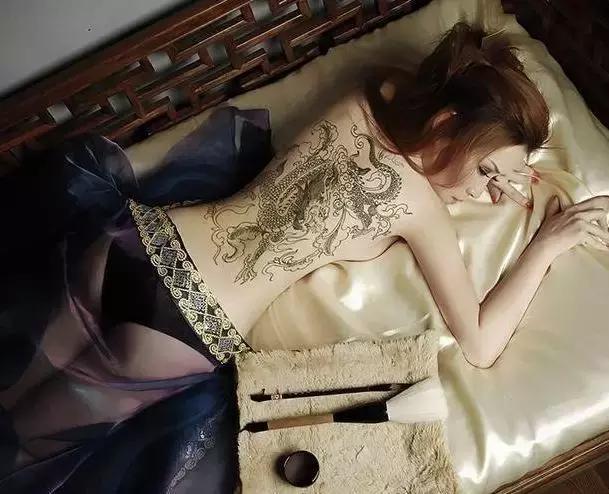 纹身的女明星,柳岩的私密,宋佳的清新,只有她纹的威武