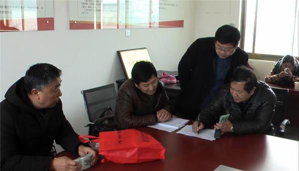 江苏省如东县37位村民捧回20年前25万多元欠款