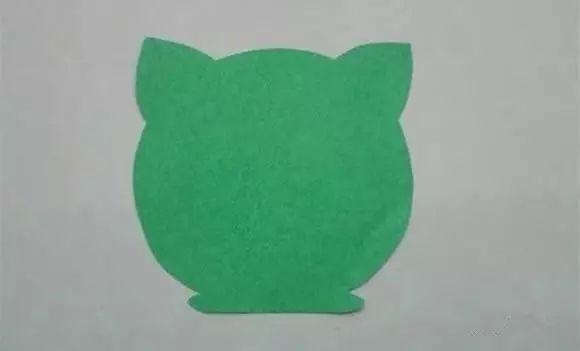 制作步骤:先在卡纸上剪出猫咪的头像.