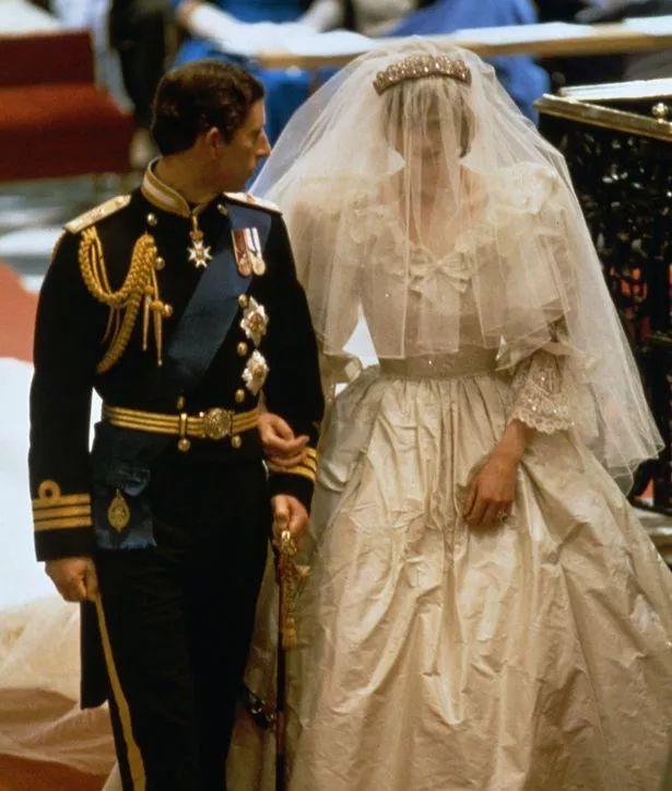 尤其是已故的戴安娜王妃的婚纱依然令人津津乐道,毕竟经典嘛~ #礼服