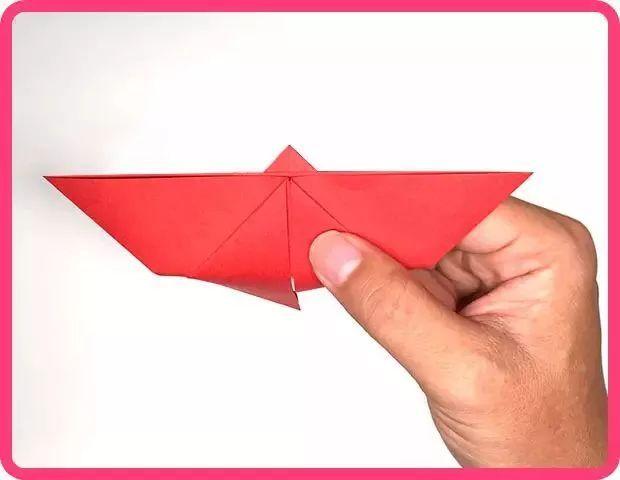 注意步骤9中三角形向下折纸,要超过底部,如图所示.