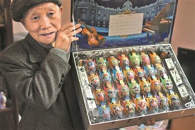 老人退休后蛋壳作画自学成才 画尽三千京剧脸谱