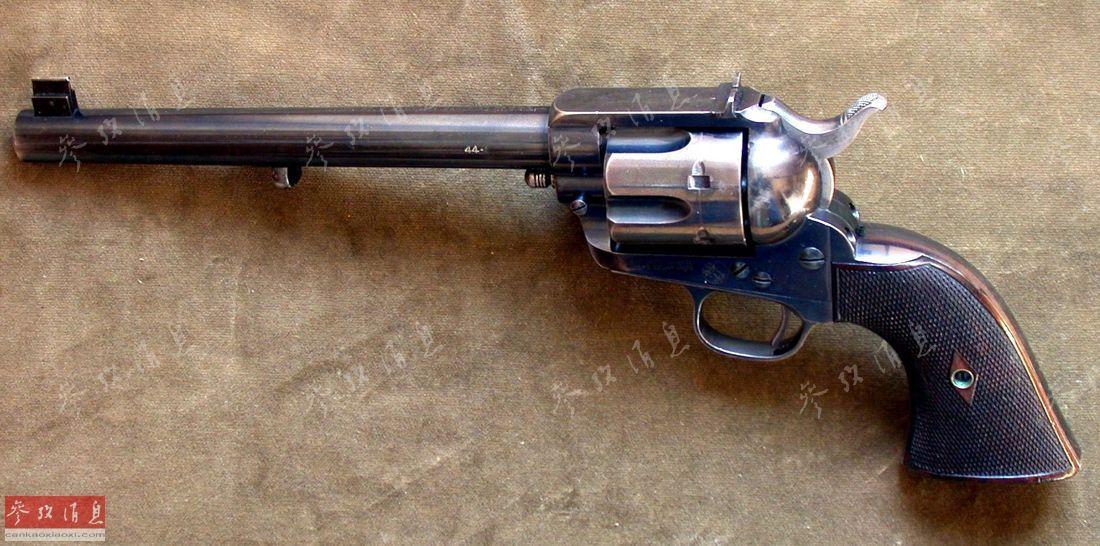 后仓击锤_由于在美国西部片中,牛仔使用该枪时总是双手齐上阵,一手快速压击锤