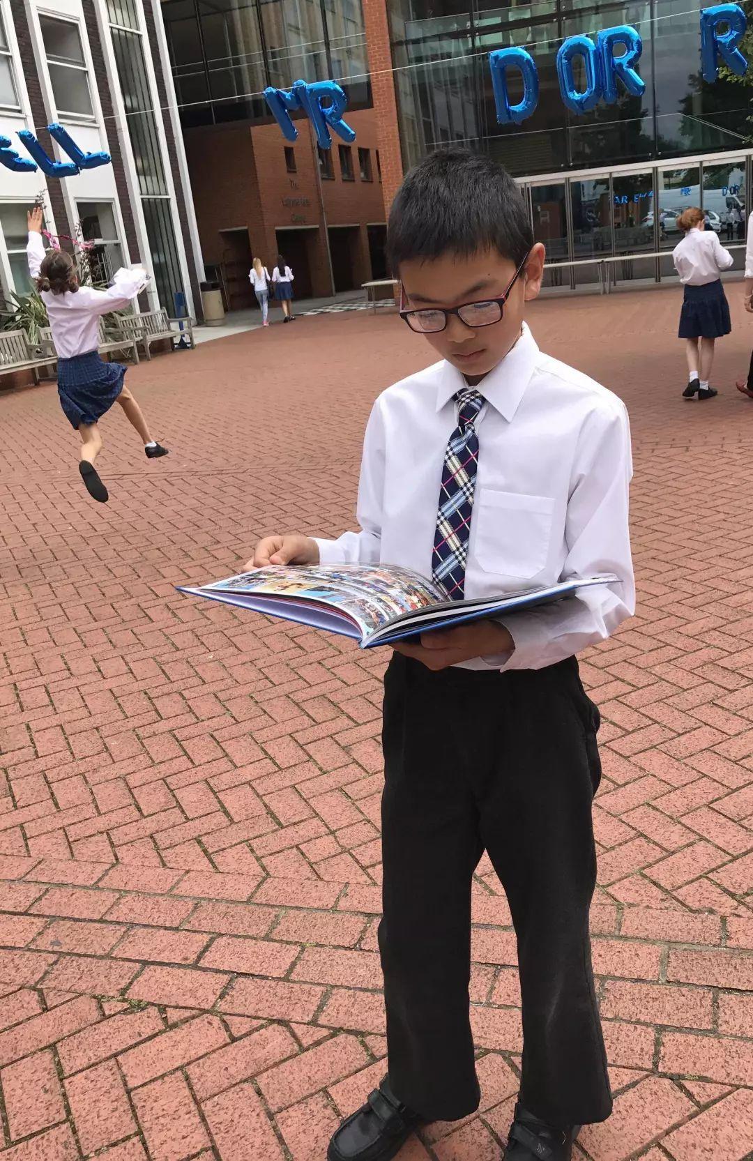 你在国际教育潮流中疏忽了孩子的母语教育,华裔家长却拼命让孩子学中文