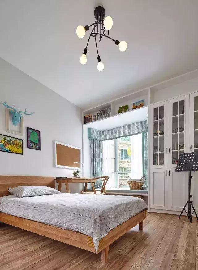 次卧是儿童房,飘窗设计让整个空间的采光十分充裕.图片