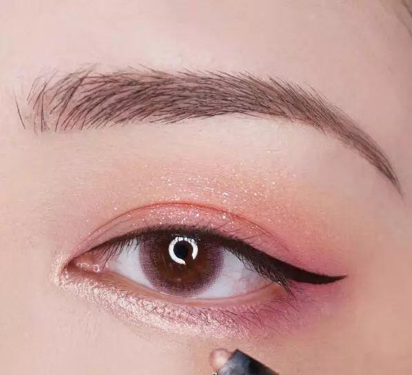 step  :下眼皮靠近内眼角的2/3段用浅浅的烟粉色珠光美妆笔提亮.