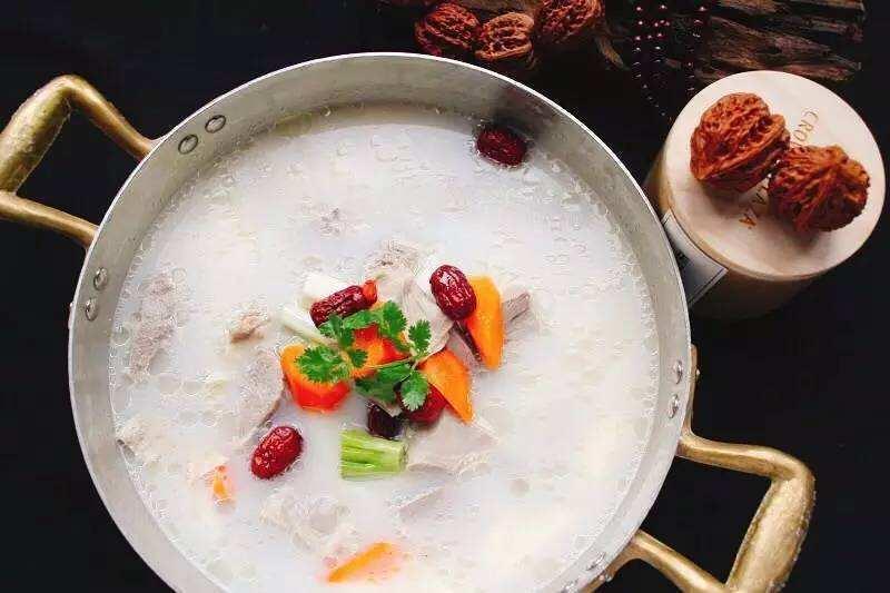 文晓雪/新鲜带皮羔羊排(或肥厚羊排),切块放入冷水浸泡两个小时除血...