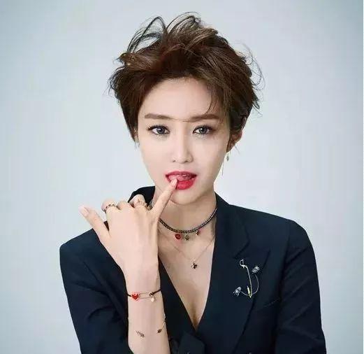 很多人都被韩剧《她很漂亮》中的短发女王高俊熙惊艳!图片