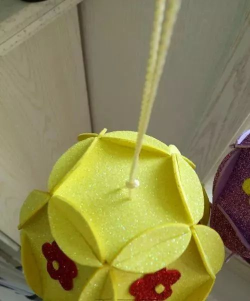 海棉纸花球灯笼 把五瓣梅,花心,花瓣粘在一起 把粘好的花瓣组合,调