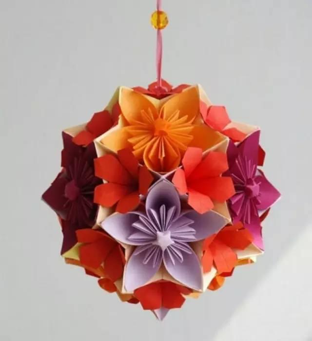折纸花球制作教程 昨天晚上买了卷包装纸自己裁出30张正方形,先拼出