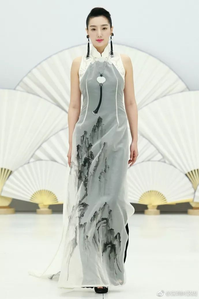 潮小妹点评:由中国模特穿 中式旗袍类服装是秀场的一大亮点.