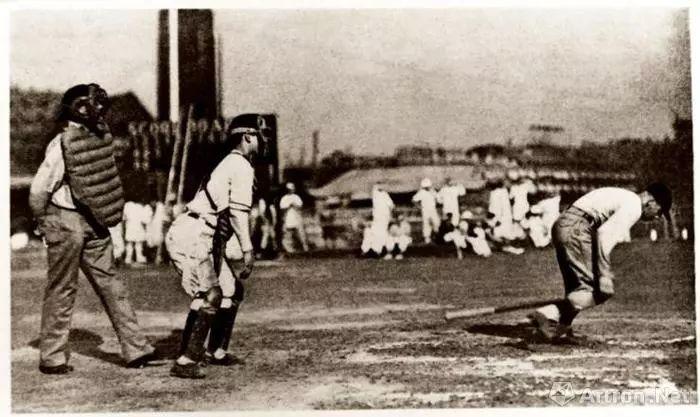 图为在跑马场中进行堡垒v堡垒的情景垒球篮球场图片