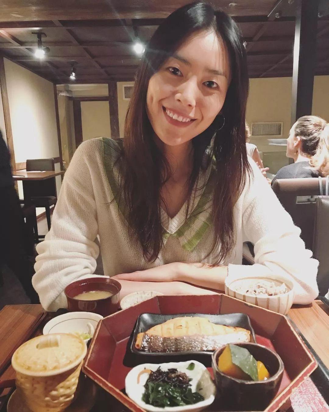 美食画面在同一美女,是真正的秀色可餐嘛!yo官网美女图片