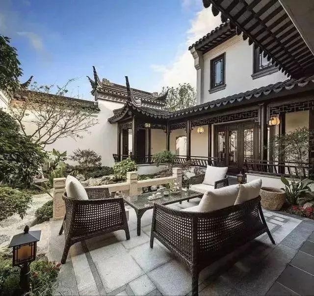 现代汉�z(�X[_瓦当,这种古老的中国建筑元素如今已成了现代家居装饰中不可或缺的