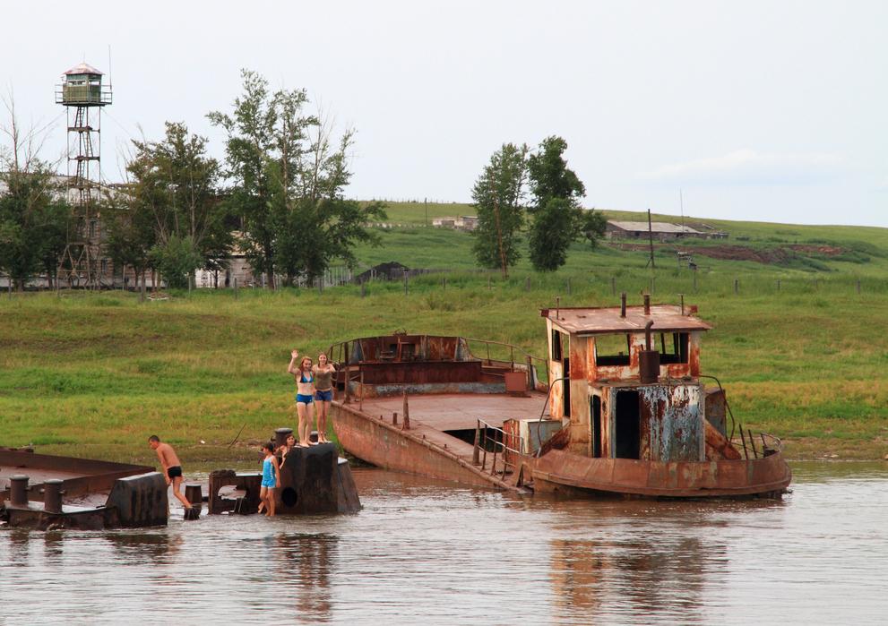 共饮一河水 仅隔20米 崛起的中国小镇与破败的俄罗斯小镇成鲜明对比