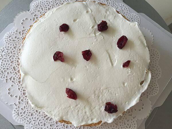 5.取适量奶油抹蛋糕胚上,洒点蔓越莓   6.盖上一层蛋糕胚   7.再抹奶油,洒蔓越莓   2.用刀切片   3.取一篇放在蛋糕盒底托上,中间放上衬纸图片