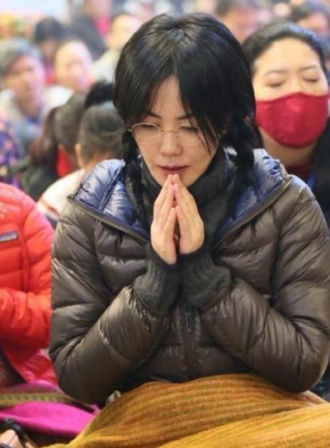 49岁王菲真会穿,麻花辫配长裙嫩成高中生,网友:张柏芝快学学吧