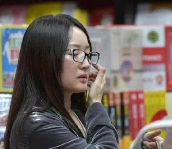 杨钰莹素颜近照_近照下的杨钰莹不像原来那样迷人,辛芷蕾证明化妆可以改变一个人