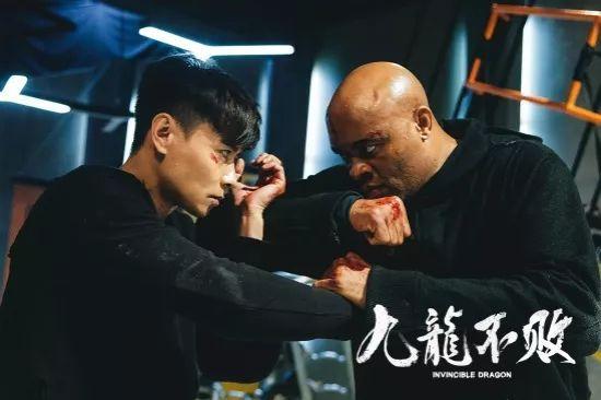 张晋化身神探对决变态杀人狂,《九龙不败》动作戏再升级激战国际拳皇!图片