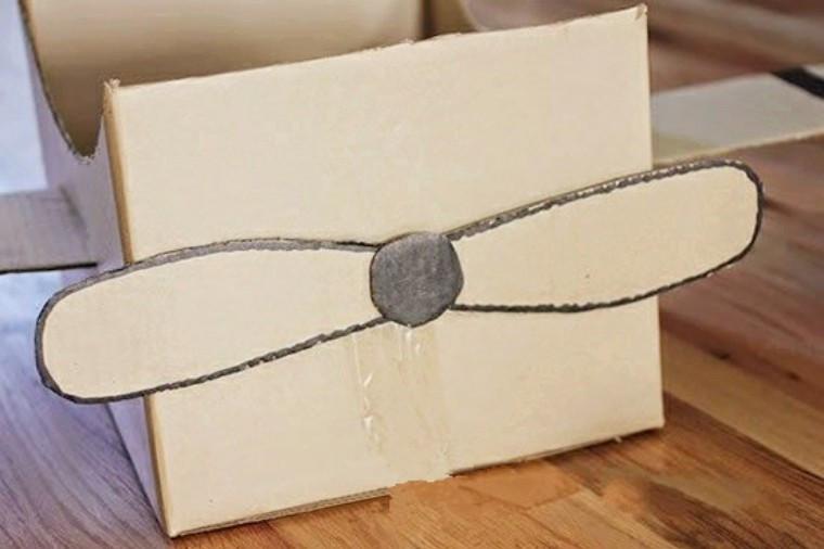 幼儿园手工——废纸箱做成大飞机,可以坐个小小驾驶员
