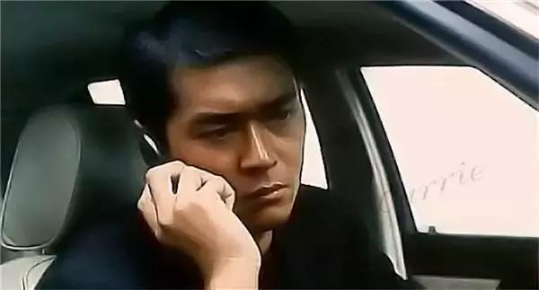 《龙在边缘》中古仔潜伏在老大飞龙(刘德华饰)的身边,监视他的一举一