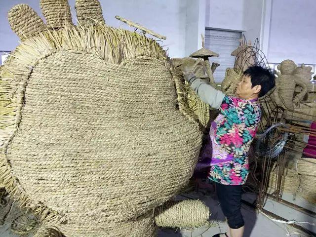 """用稻草编织""""中国梦""""-稻草工艺品"""
