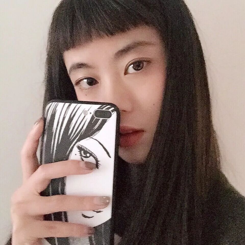 短发内扣发型的女生,剪个二次元刘海,看起来萌感十足哦,很适合高中生