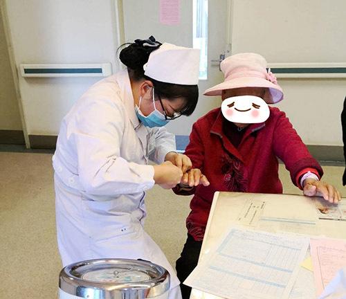 【醫護職場】昆明同仁醫院綜合內科護士做好護理工作,贏得瞭患者的心