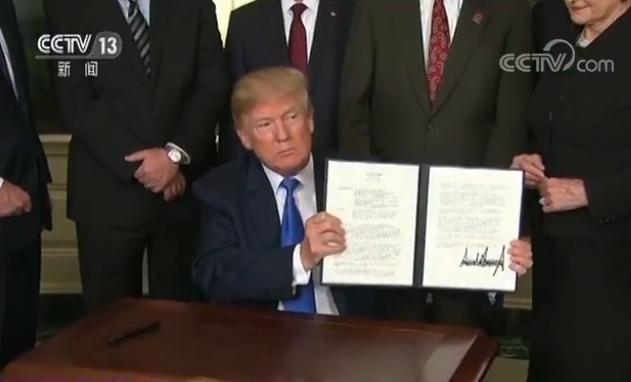特朗普执意加征关税实为博选民欢心 民众为不当决定买单