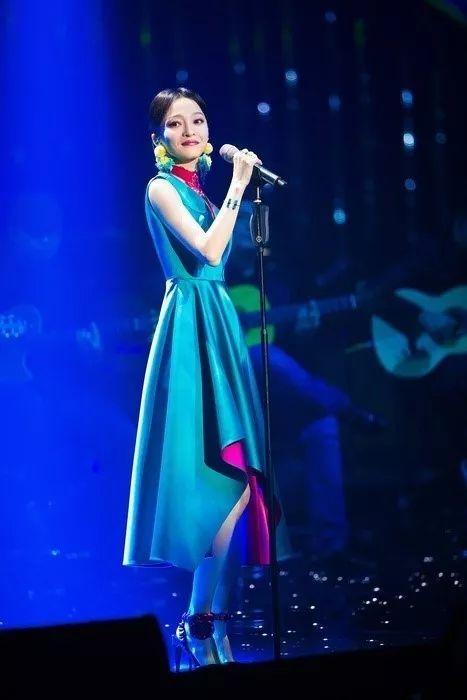 看完张韶涵的《歌手》穿搭,简直像是要重新认识她一样