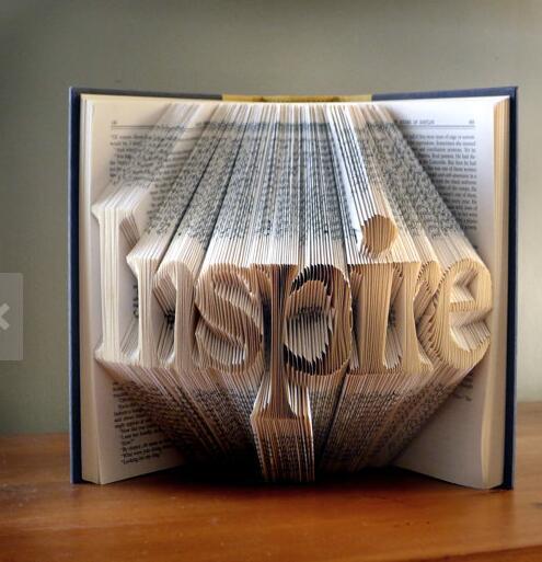 折纸艺术家回收旧书二手书进行艺术创作