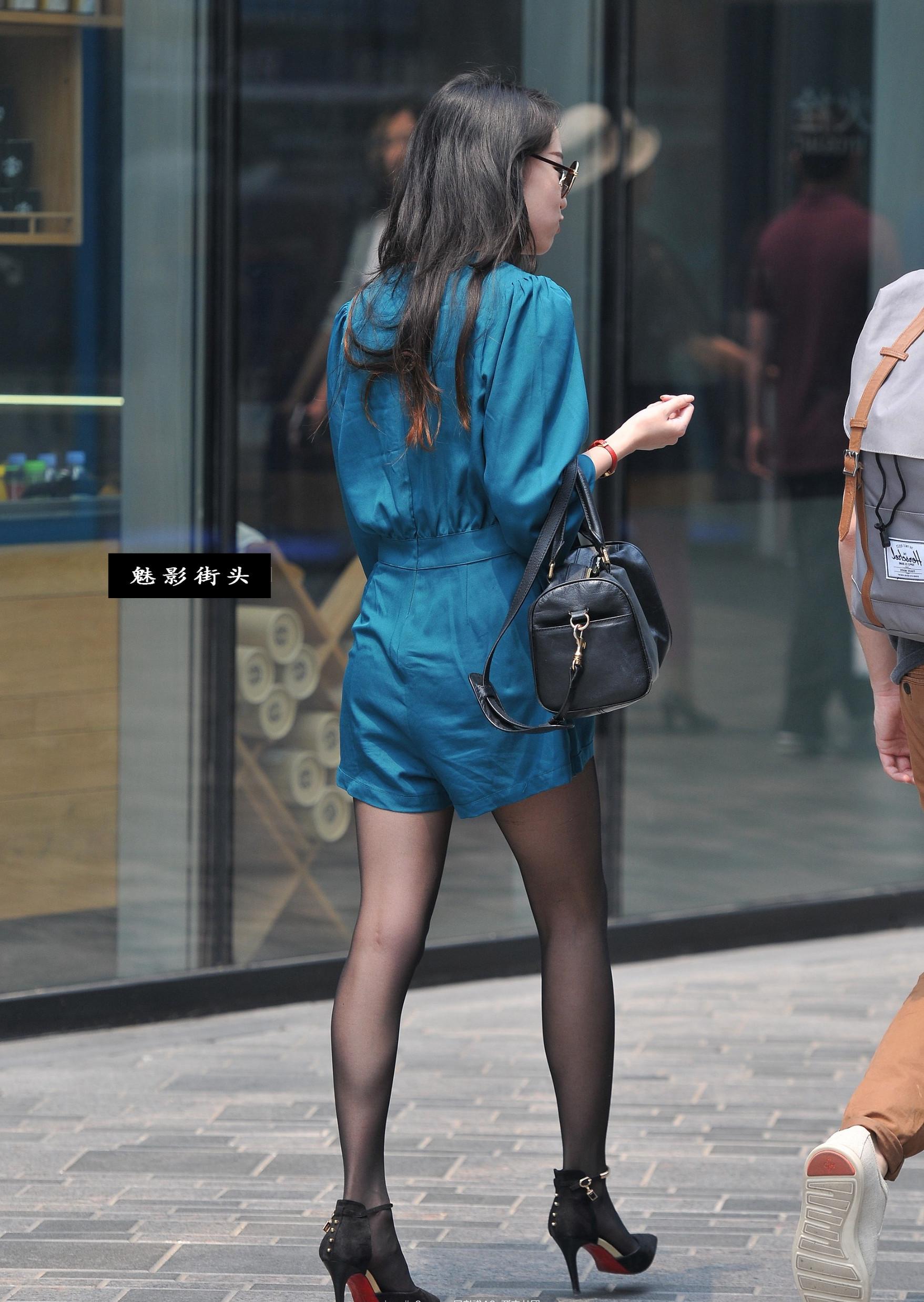美女非常会打扮,尖头高跟鞋配上黑色丝袜穿出一双修长美腿_搜狐时尚_搜狐网