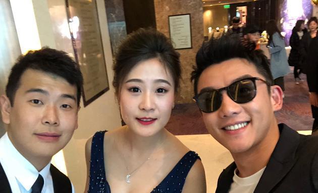 娱乐 正文  郑恺与新人合影 婚礼现场郑恺回忆起初见助理时的样子