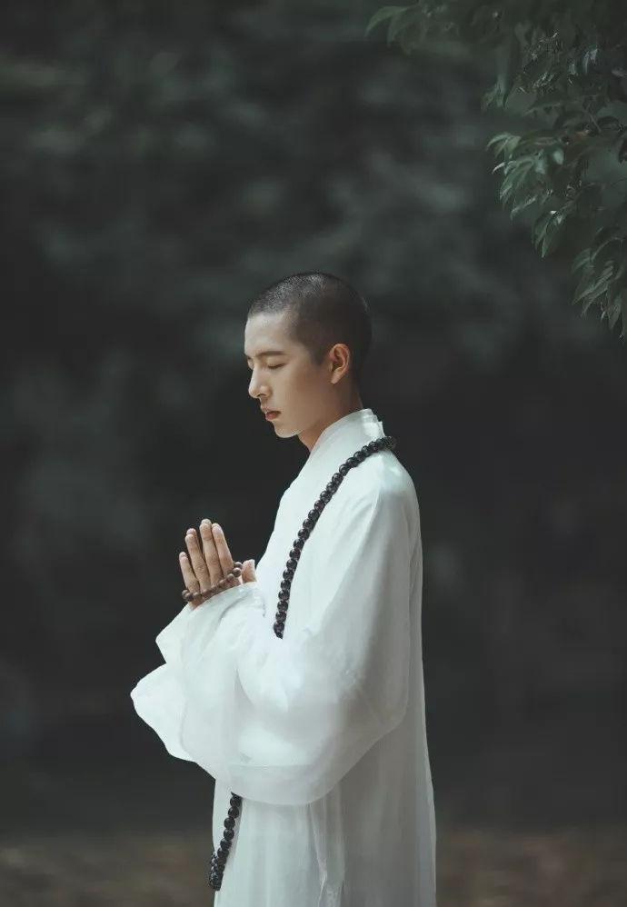 而这个佛系少年 其实是一名古风摄影师 因为苦于找不到和尚来做模特