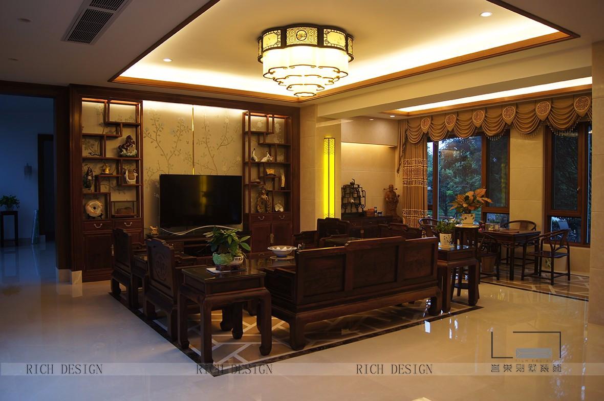客厅装饰以传统中式擅长的元素来构建一个新中式格调的空间,不管是