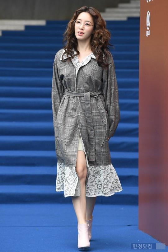 氛围满分的知性女神 恩静再度出席2018首尔时装周