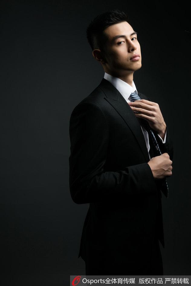 北京首钢方硕拍摄时尚大片 西装革履尽显商务范
