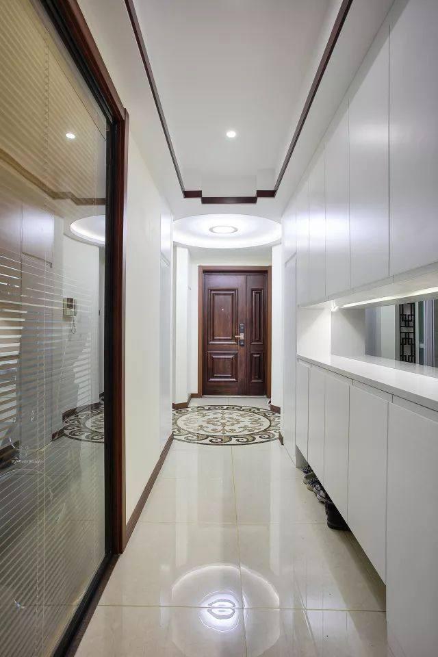 玄关处圆形顶灯和地砖图案映照,晚上回家打开圆和之门,进厨房准备好图片