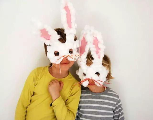 原标题:【复活节手工】六款小兔子手工轻松完成,活跃节日气氛 复活节兔是复活节象征之一。作为多产动物的兔子,象征了春天的复苏和新生命的诞生,现在不光是兔子是作为给孩子们送复活节蛋的使者,还有小鸡也是复活节必备手工哦,深受孩子的宠爱,成为了在复活节这一天孩子定会收到兔形跟小鸡礼物。那么,关于兔子和小鸡的手工有哪些呢? 绒球兔子贺卡 准备材料:玩具眼睛 、绒球、白乳胶、马克笔 、卡纸  制作步骤:在粉色的卡纸上写一个大字母B,沿着线条涂上白乳胶  如图粘上白色的小绒球,贴上小兔子的眼睛与耳朵即可
