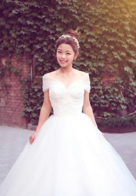 王莎莎晒婚纱照笑容灿烂