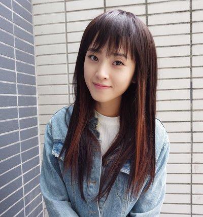 年轻大脸女生直刘海中长发发型