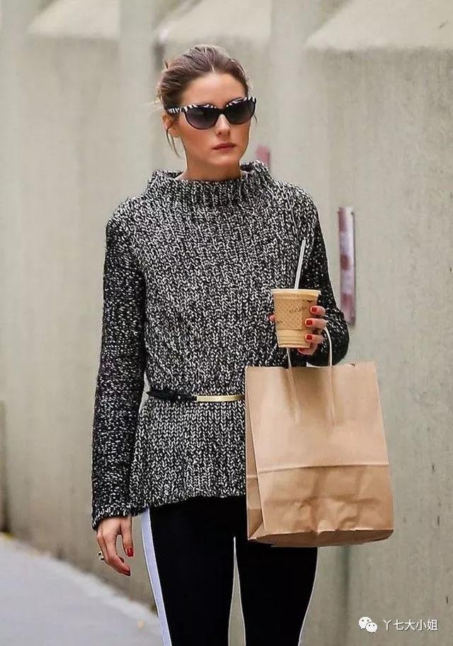 针织衫,搭配白色小脚运动裤,黑色侧条纹镶边,黑白斑马纹芭蕾鞋,白加黑