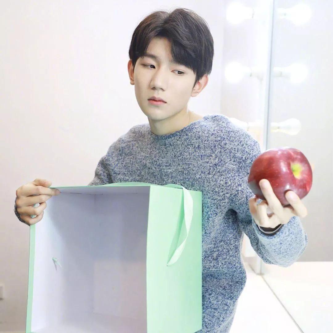 王源在后台送张杰礼物,一个细节被赞低调,网友:怎么偷偷摸摸的