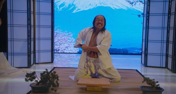来自日本的自杀者,在富士山的背景下切腹自尽.