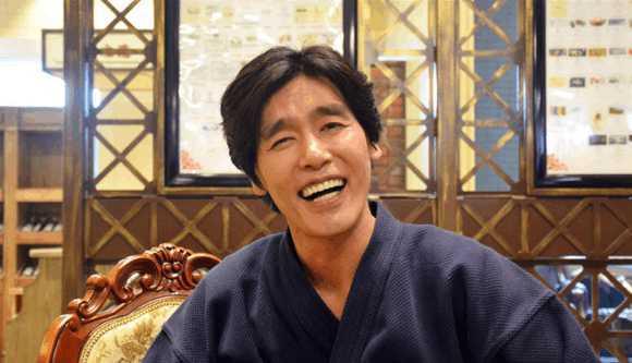 中饰演的金馆长时,耷拉着眉毛,露出八颗牙齿的猥琐笑容竟然以表情包的图片