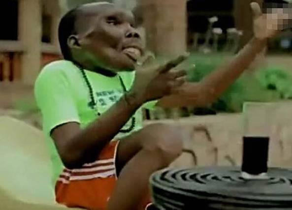乌干达被称最丑男子靠脸吃饭 已生8个孩子