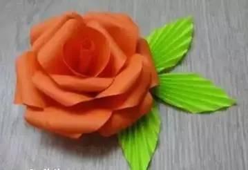 简单又漂亮的玫瑰花折纸,是分别完成花瓣,叶子,再组合起来的折法,所以