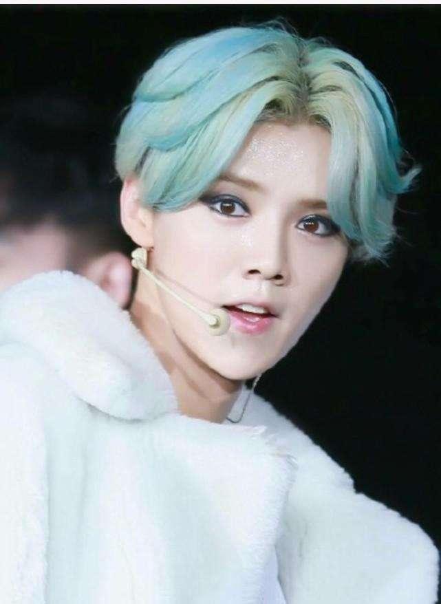 绿色,其实鹿晗的这款绿色发型还是很酷炫的,只是这个眼影有些一言难尽