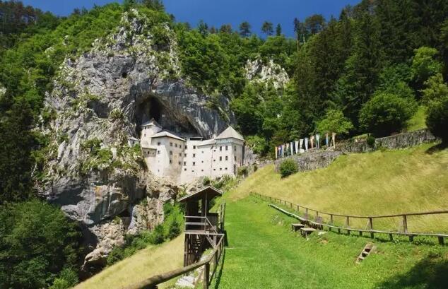 全球唯一建在山洞里的城堡,悬崖峭壁难修建,耗费4个世纪才建成